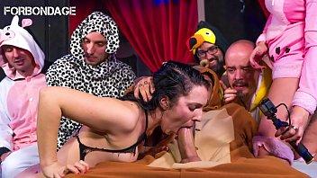 Pamela Sanchez chupa y folla en el sexo grupal BDSM