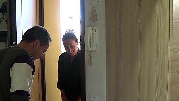 El chico español está jodiendo a la esposa de su vecino