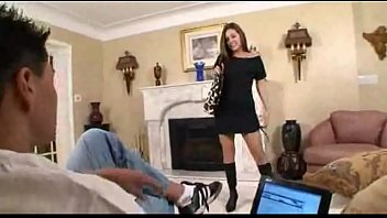 Chica sexy seduciendo a su padrastro y sexo