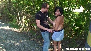 Puta madura teniendo sexo con un joven en el bosque – Sexmex