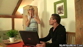 El hombre joven y Abuela video porno