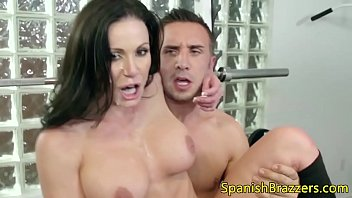 Mujer cachonda madura le encanta tragar esperma