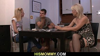 Madre traviesa teniendo sexo con la novia de su hijo