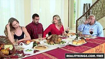 Mamá cachonda seduce al novio de su hija en la mesa